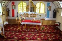 Wnetrze_kosciola_bez_wyodrebnionego_prezbiterium.